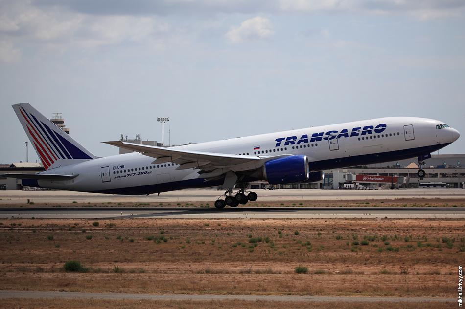 Boeing 777-212 EI-UNR, Transaero Airlines в Домодедово. Еле влез в кадр.