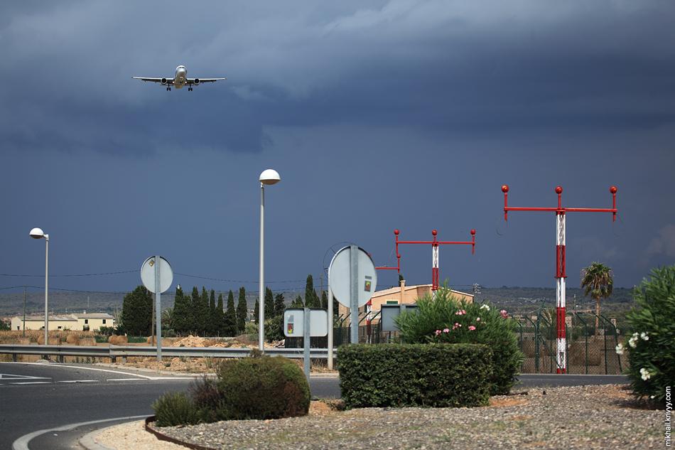 Посадочные огни, гроза и самолет. Аэропорт Пальма-де-Мальорка.