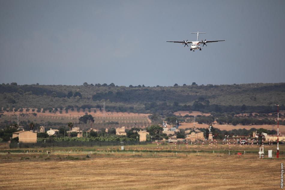 ATR-72, EC-LRH, Air Nostrum. Эти красавцы садились интереснее всех, зависая над полосой и при этом, сруливая в первый же съезд. Местной полосы им с запасом.