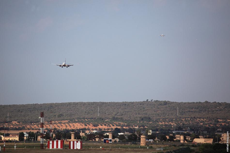 В некоторые моменты было одновременно видно пять заходящих самолетов. Три-четыре было постоянно.