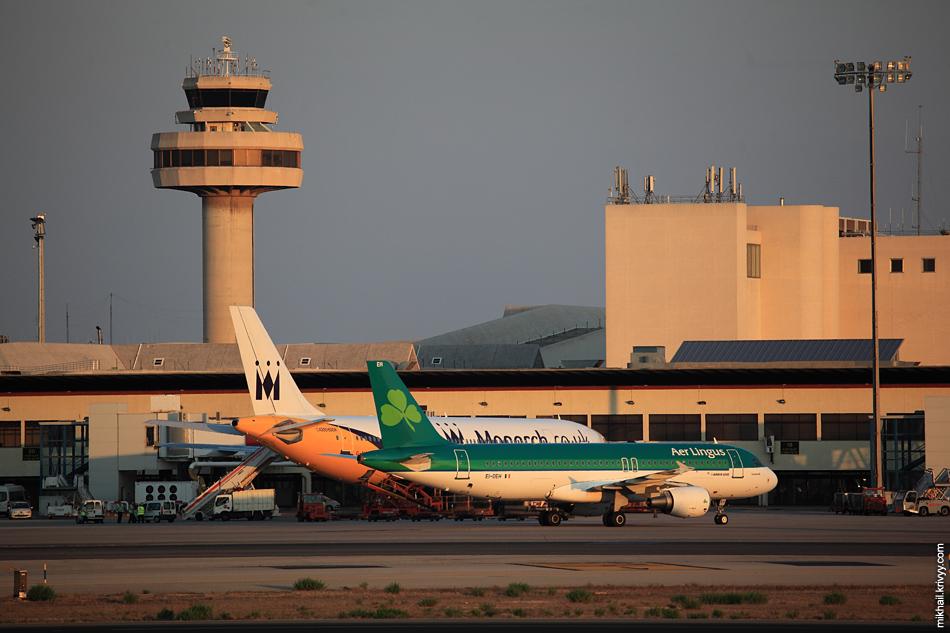 """Аэропорт Пальма-де-Мальорка (PMI). Терминал """"A"""" и диспетчерская вышка."""