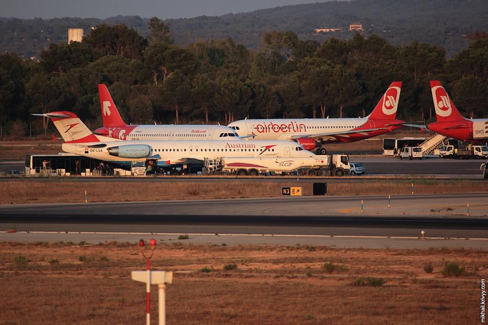 На месте Boeing-777 Трансаэро стояла теперь целая вереница бело-красных.