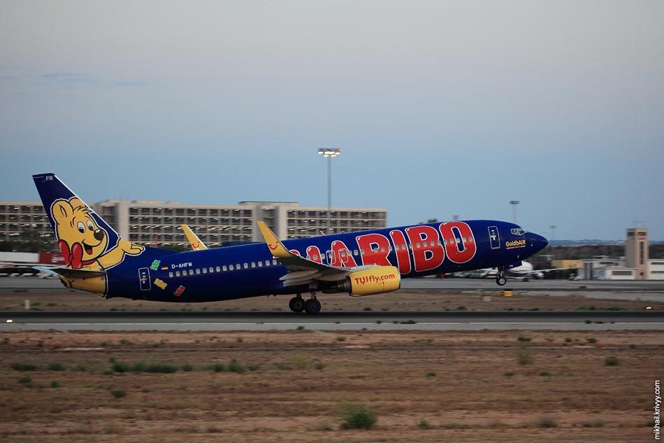 Ну а иногда просто попадалась интересная ливрея. Boeing 737, D-AHFM Hapag-Lloyd.