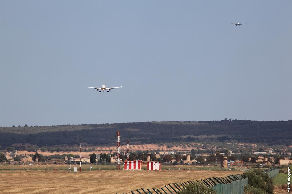 Airbus A-319 EasyJet, а за ним следом большой Airbus A330 AirBerlin