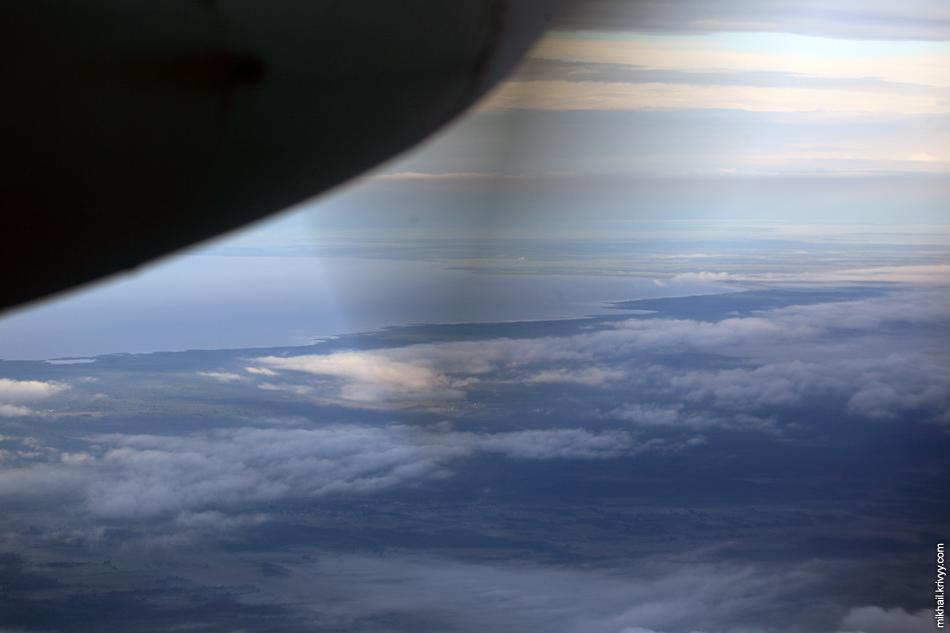 Псковское озеро. С погодой не очень повезло. Да и из Ан-24 особо не поснимаешь, почти везде двигатель и шасси мешают обзору.