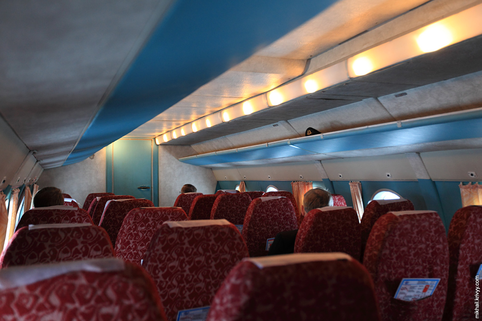 Салон Ан-24РВ (RA-46473). Расстояние между рядами сидений как в современном бизнес-классе.