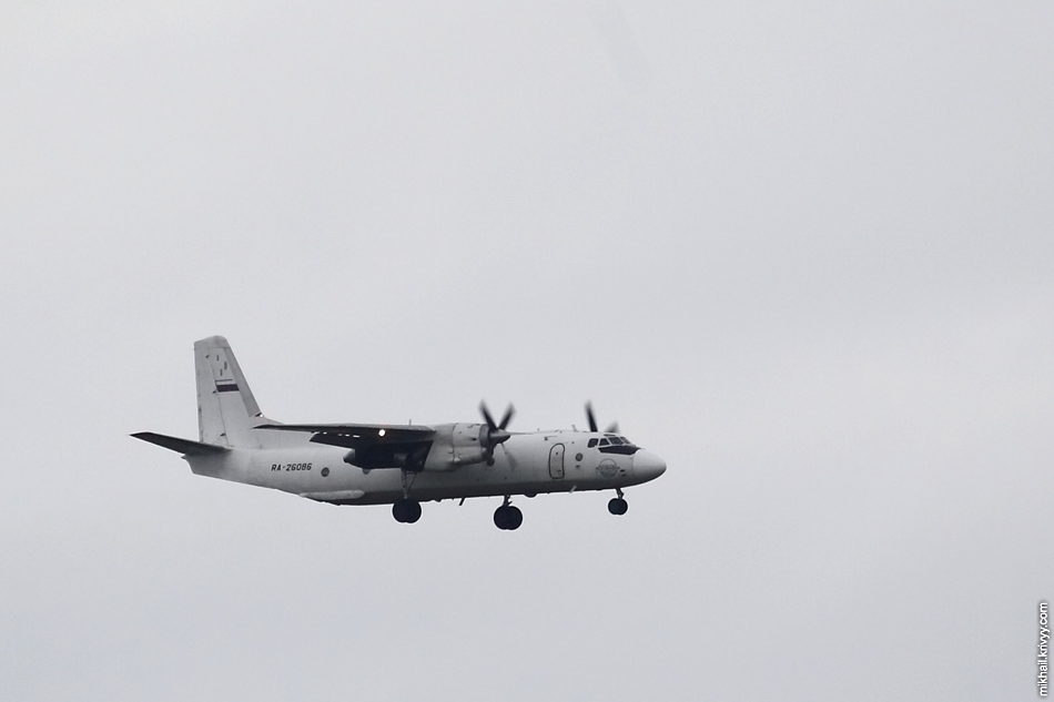 Ан-26 (RA-26086) заходит на посадку в аэропорту Пулково.