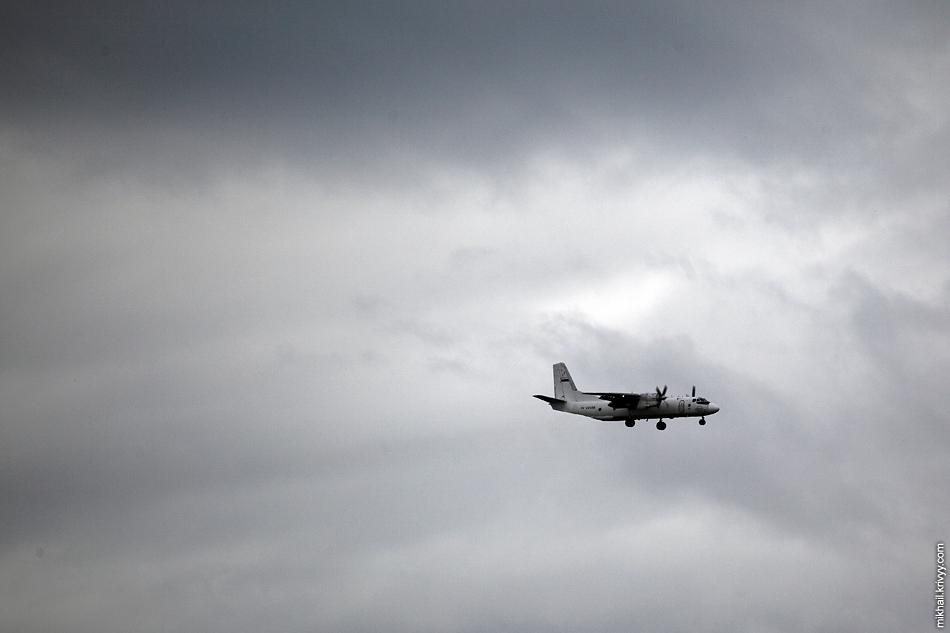 Немного поснимали в Пулково. Грузовой брат - Ан-26 (RA-26086) Псковавиа. Удивительно как мы вообще землю видели через такую облачность.