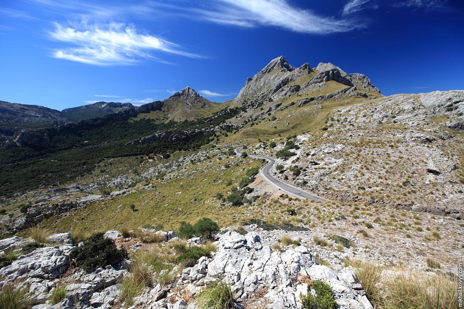 Пик Мэйдже (Puig Major) - самая высокая гора острова Мальорка. С этого ракурса вершину не видно. Там военная база, доступа туда нет.