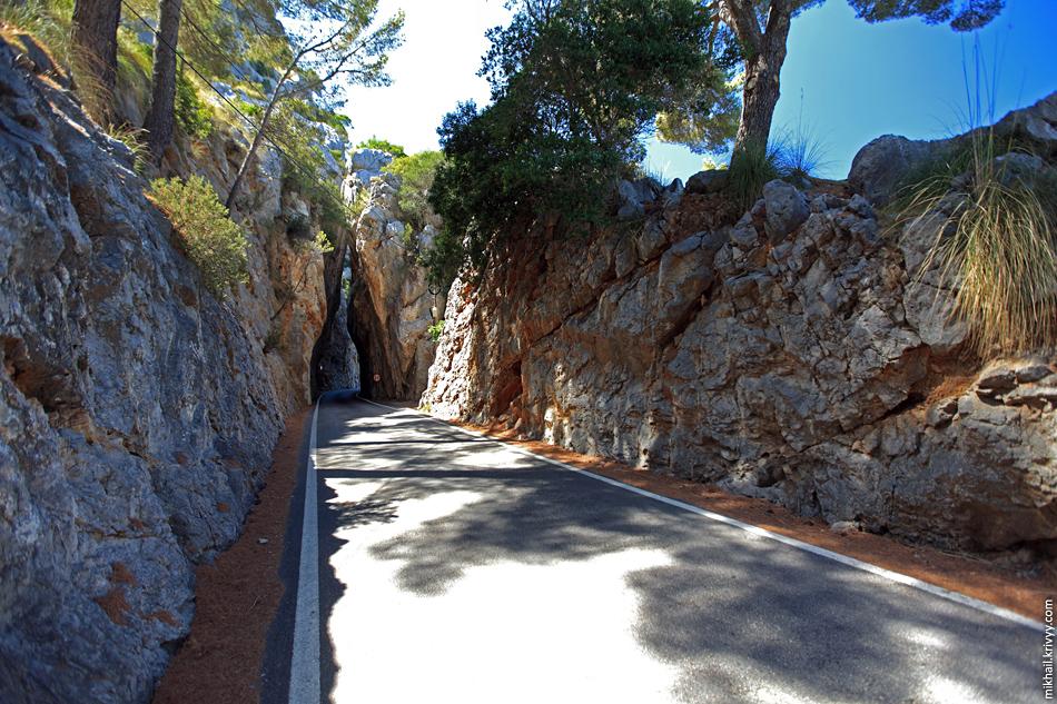 По всей дороге ограничение 90 км/ч и никакой сплошной. После такого сужения мало кто замечает, что над дорогой нависает огромная гора (следующее фото).