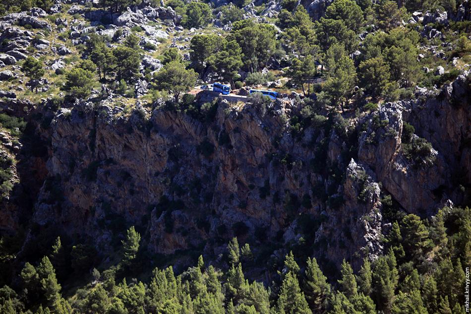 Автобусы перед въездом в ущелье. На Мальорке правит TUI.