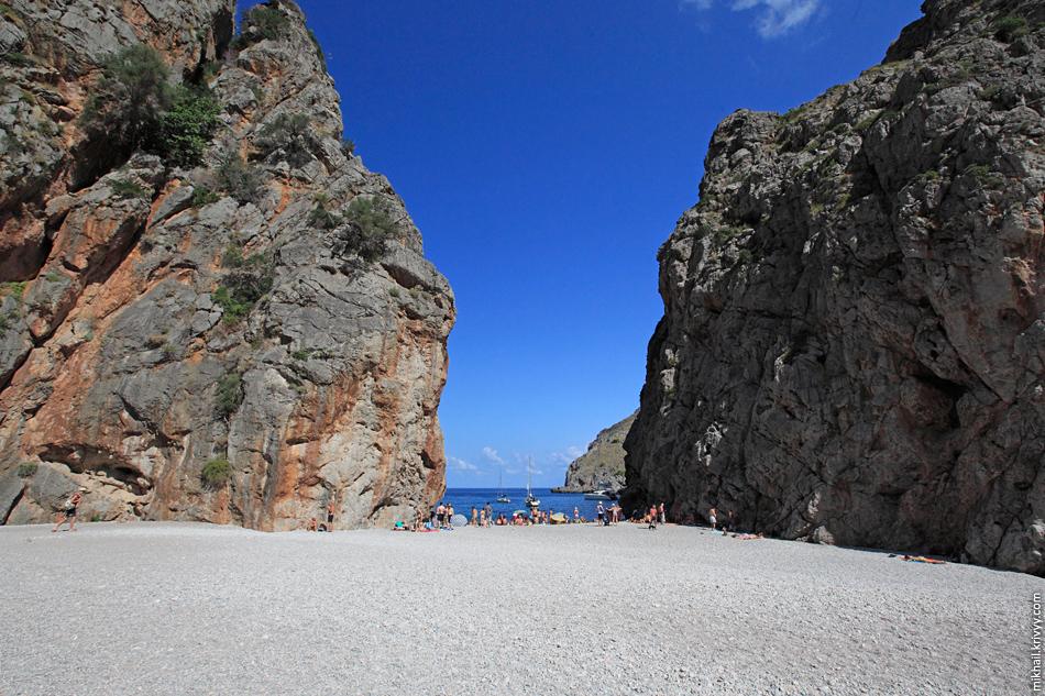 А это то, зачем сюда все едут. Ущелье и пляж Torrent de Pareis.