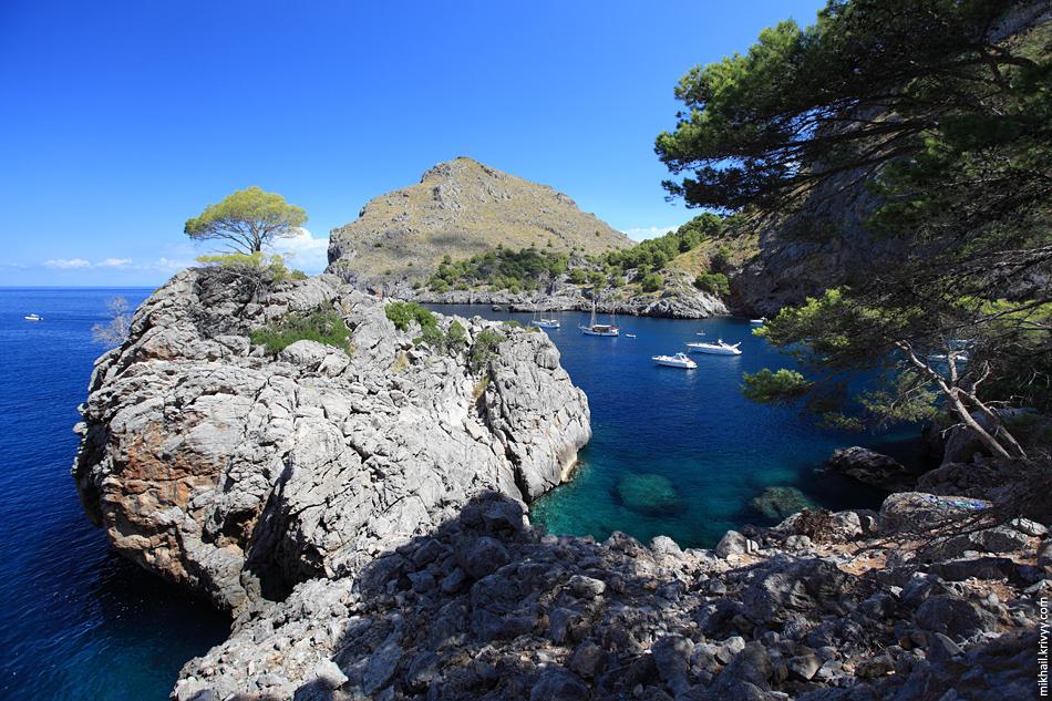 Ca Калобра (Sa Calobra) - небольшая деревушка с портом и пляжем. Сейчас тут туристический конвейер. Туристов без перерыва привозят и увозят.