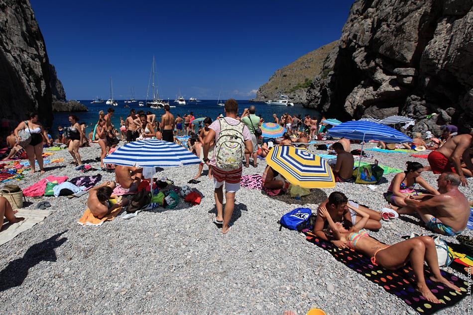 Пляж около 40 метров длиной. Все хотят поближе к воде. Галька, под водой ничего интересного.