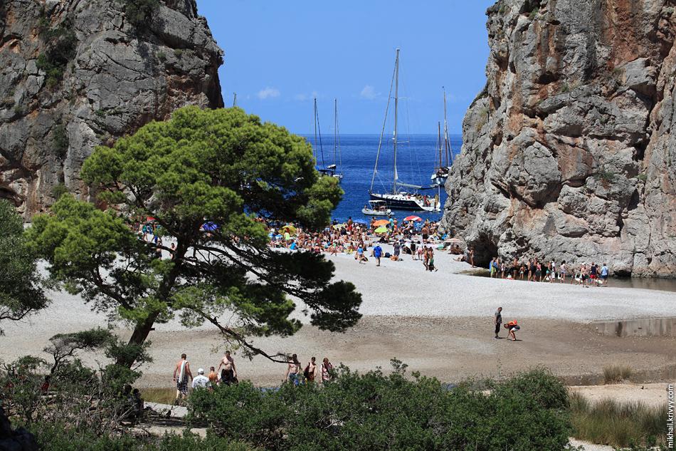 Мы приехали с утра, но народ уже был на пляже. И это при том что мы встаем на два часа раньше среднестатистических европейцев.