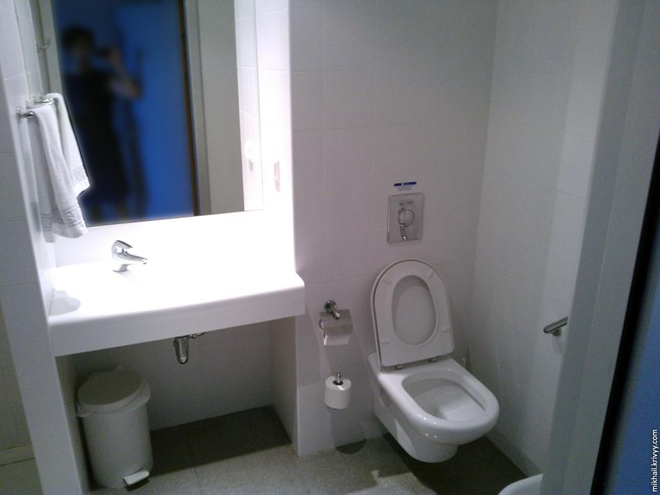 Туалет и душ в номере. В наличии нормальное биде.