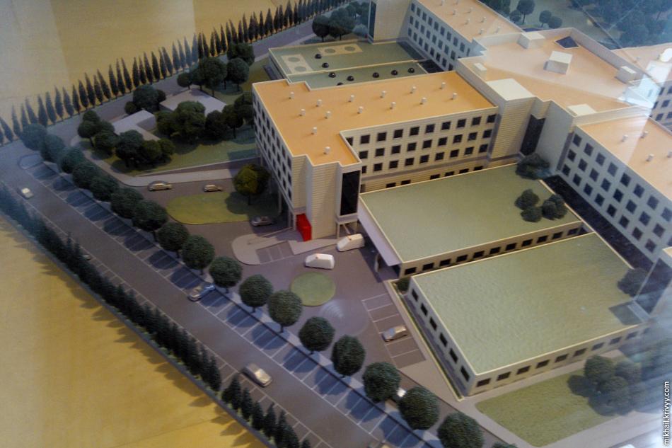 В холле стоит макет здания. В это место меня и привезли на машине скорой помощи.