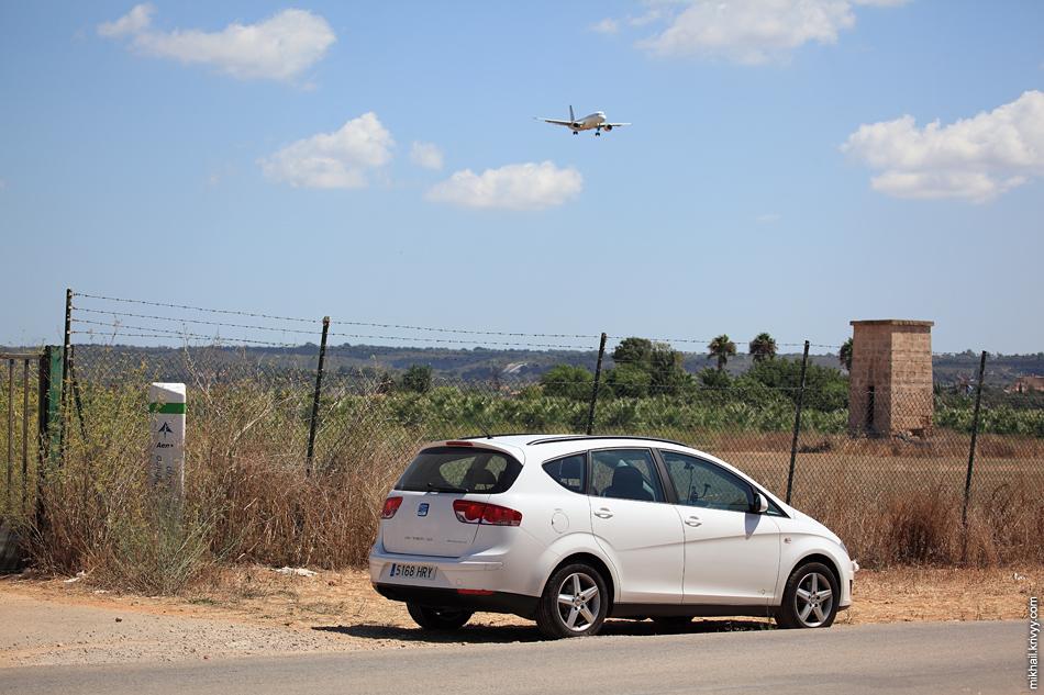 """В этом же месте я приметил что самые удачные места для наблюдения за самолетами отмечены специальными знаками """"Dominio Publico Aeroportuario""""."""