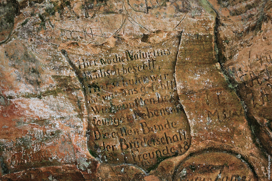 Самое старое, их тех что мы нашли глазами - 1817 год. Но многие просто высоко и просто не читаются.