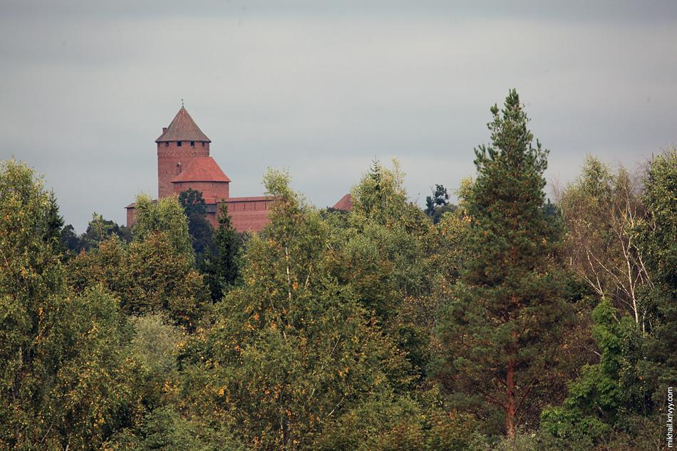 Вид на Турайдский замок из вагончика канатной дороги. Сигулда. Латвия.