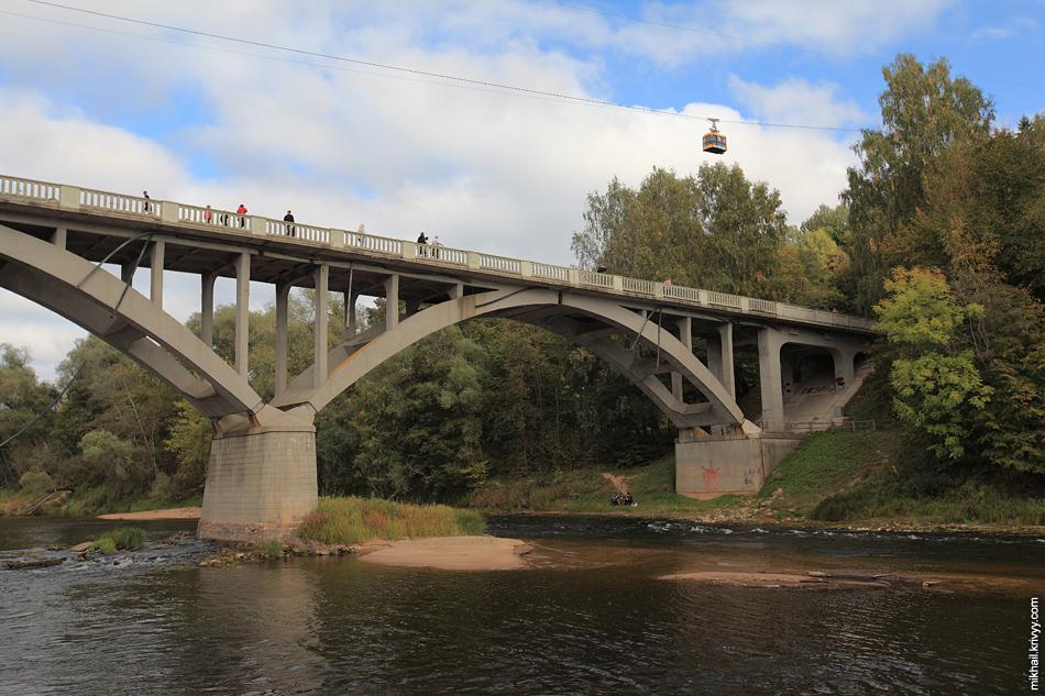 Канатная дорога и мост через реку Гауя.