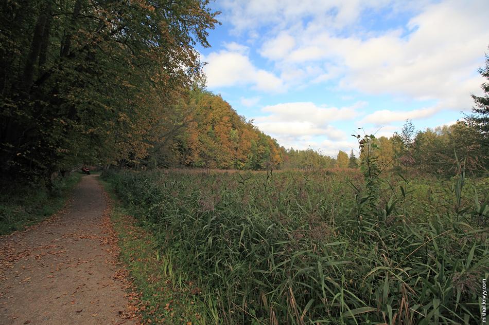 В долине расположены луга, болота и пещеры, на базе которых разбит парк.