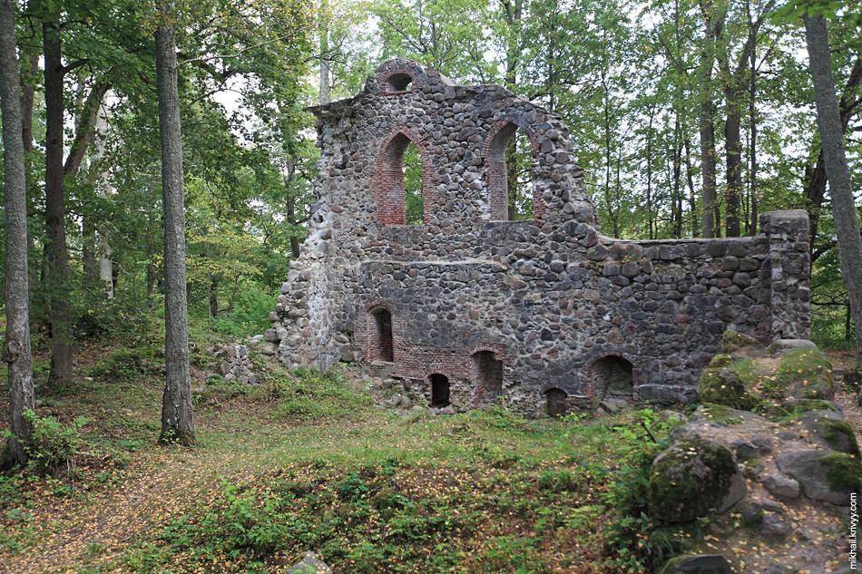 А это уже другой, Кримулдский замок. Точнее все что от него осталось.