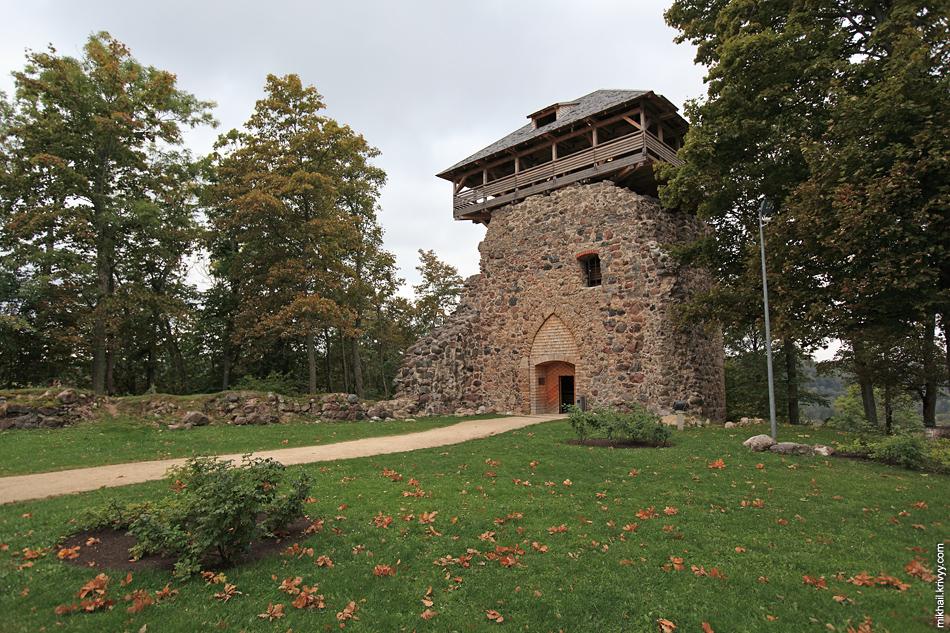 Замок Зегевольд. Денег на нормальную реставрацию в Латвии нет. По этому примерные контуры замковых сооружений возвели из дерева. Очень эффективно и эффектно.