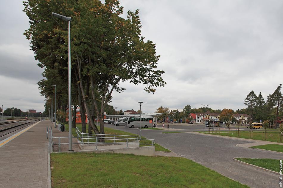 Пути, платформы и конечная автобусов. Они, кстати, стыкуются с поездами.