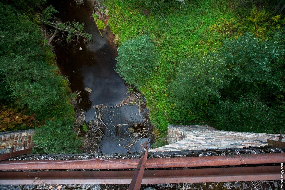 Вид с моста на реку Ярынья. Осенью река не так полноводна.