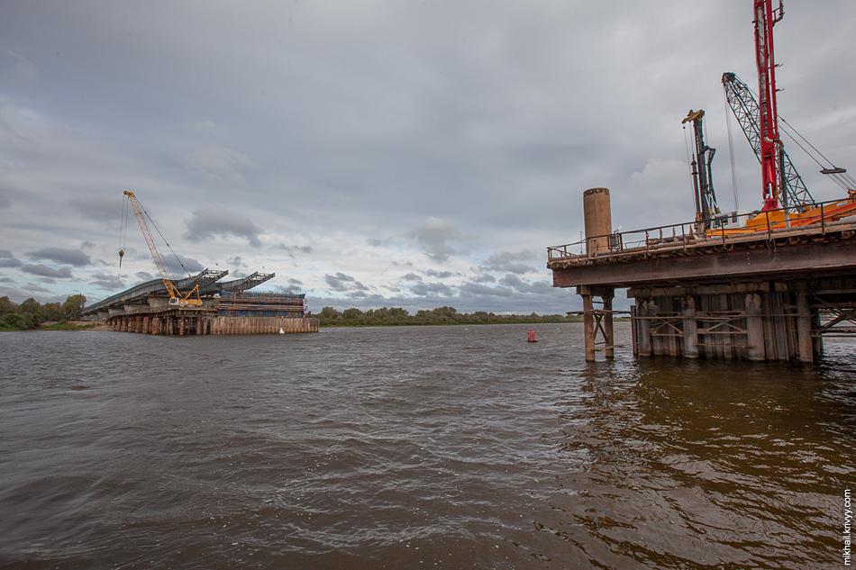 Мостовики говорят что это достаточно простой случай. Не глубоко, судоходства практически никакого.