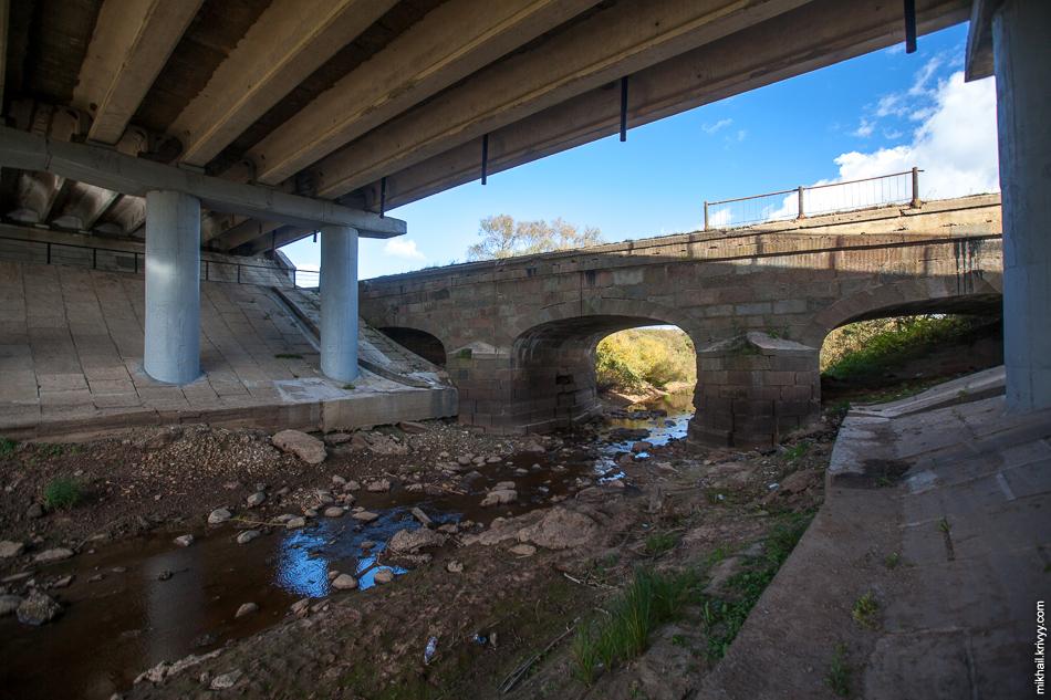 Хорошо видно, как при строительстве нового моста были закрыты два крайних пролета.
