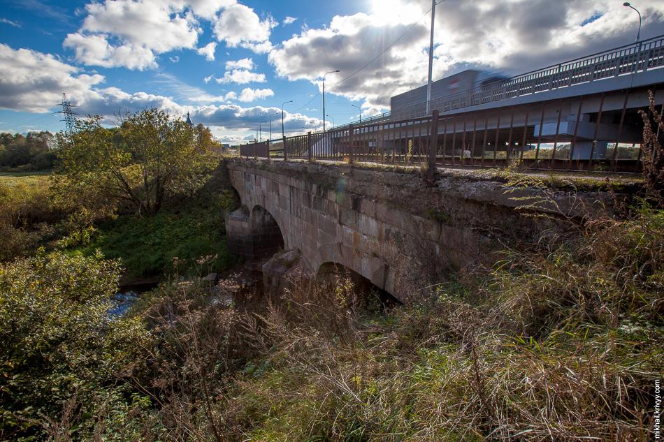 Новый мост построили совсем вплотную к старому.