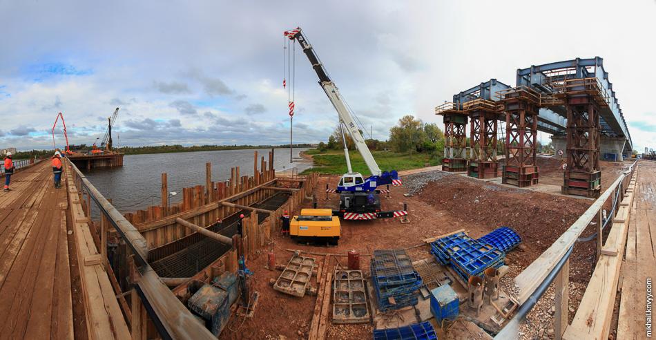 Панорама. Слева будет опора №10 (та что в воде). По центру  идет подготовка к бетонированию ростверка на опоре №11. Справа временная опора.