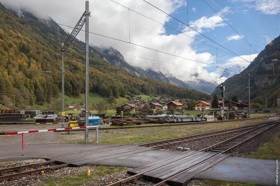 Станция Zweilütschinen и вид в в долину, по которой мы будем подниматься к городку Гриндельвальд (Grindelwald).