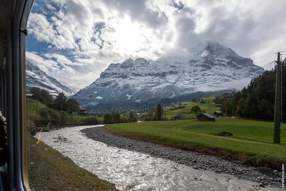 Вид из окна поезда. На подъездах к Гриндельвальд (Grindelwald).