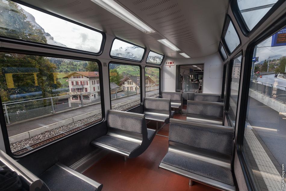 "Вагон поезда Bhe 4/8 142 Stadler Rail. Зубчатая железная ""Венгернальп"" (Wengernalpbahn). Гриндельвальд (Grindelwald)."