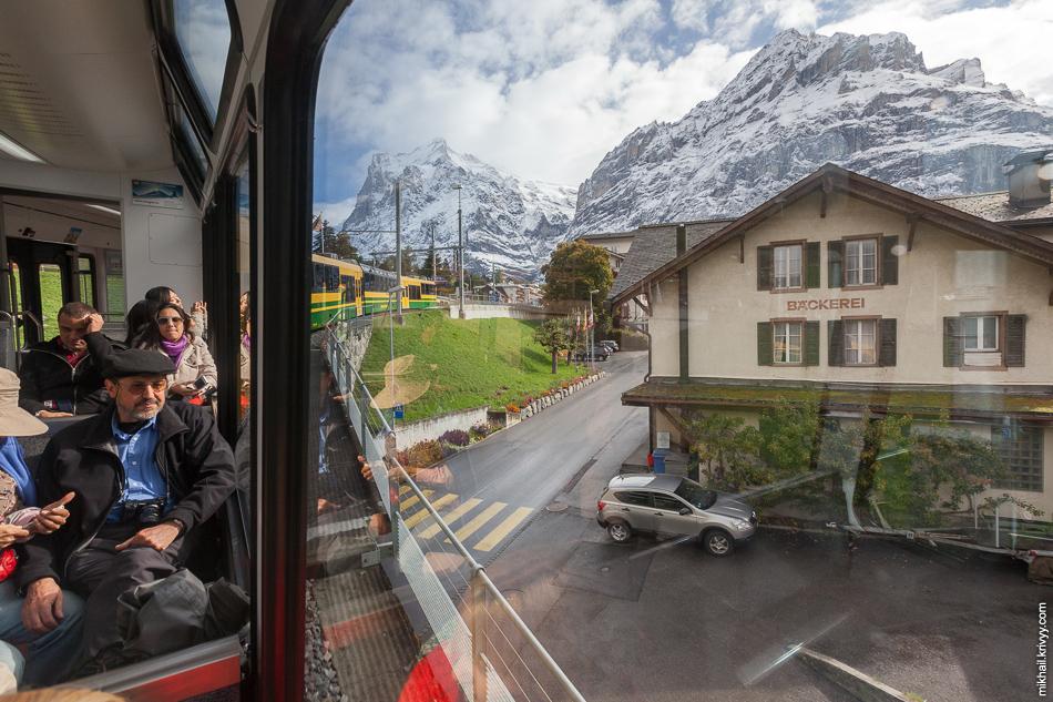 """Вид из окна поезда железных дорог """"Венгернальп"""" (Wengernalpbahn). Гриндельвальд (Grindelwald) - Клайне-Шайдег (Kleine Scheidegg)."""