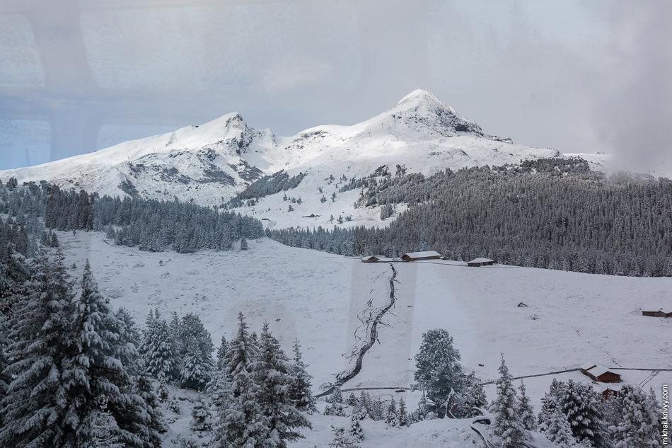 Гора Tschuggen. Вид из окна поезда Гриндельвальд (Grindelwald) - Клайне-Шайдег (Kleine Scheidegg).