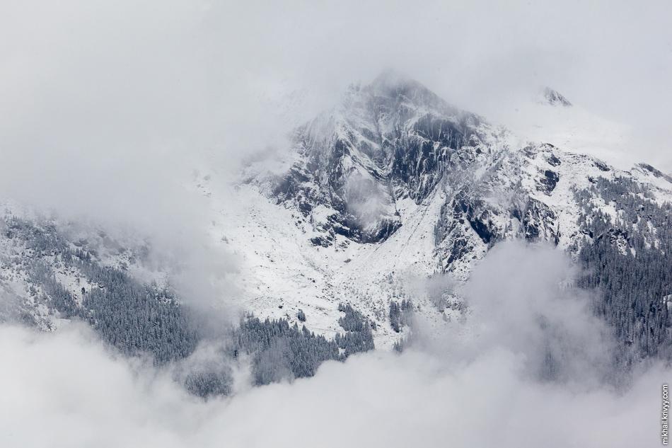 Гор Эйгер (Eiger, высота 3970 м). Вид из окна поезда Гриндельвальд (Grindelwald) - Клайне-Шайдег (Kleine Scheidegg).