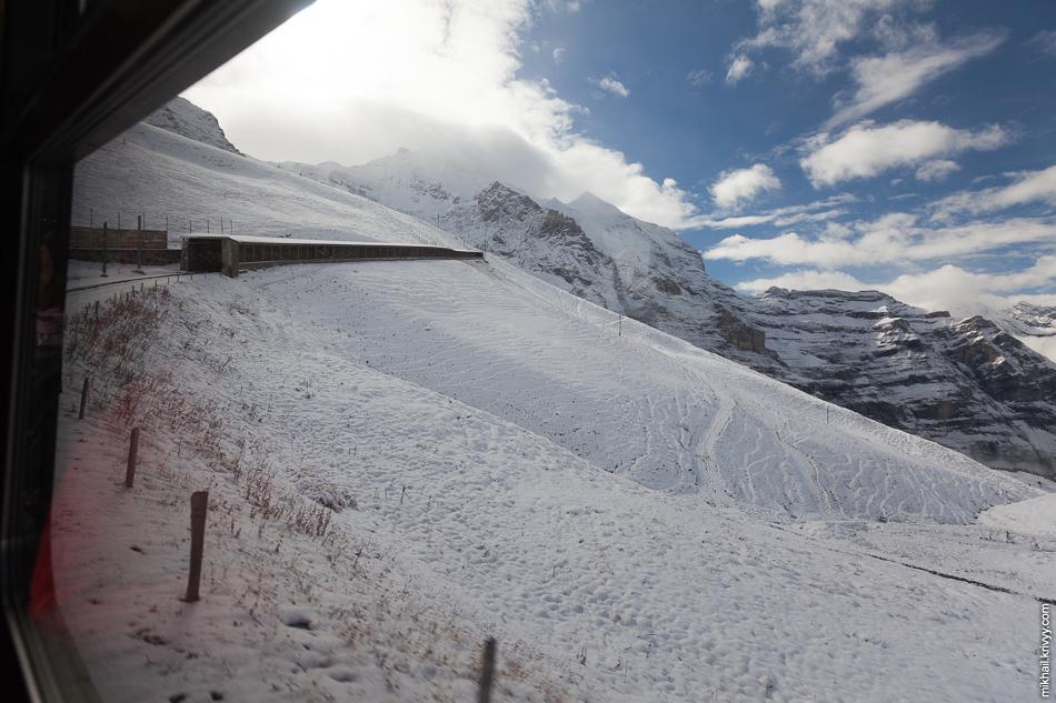 Вид из поезда Клайне-Шайдег (Kleine Scheidegg) - Юнгфрауйох (Jungfraujoch). Перед въездом в противолавинную галерею.