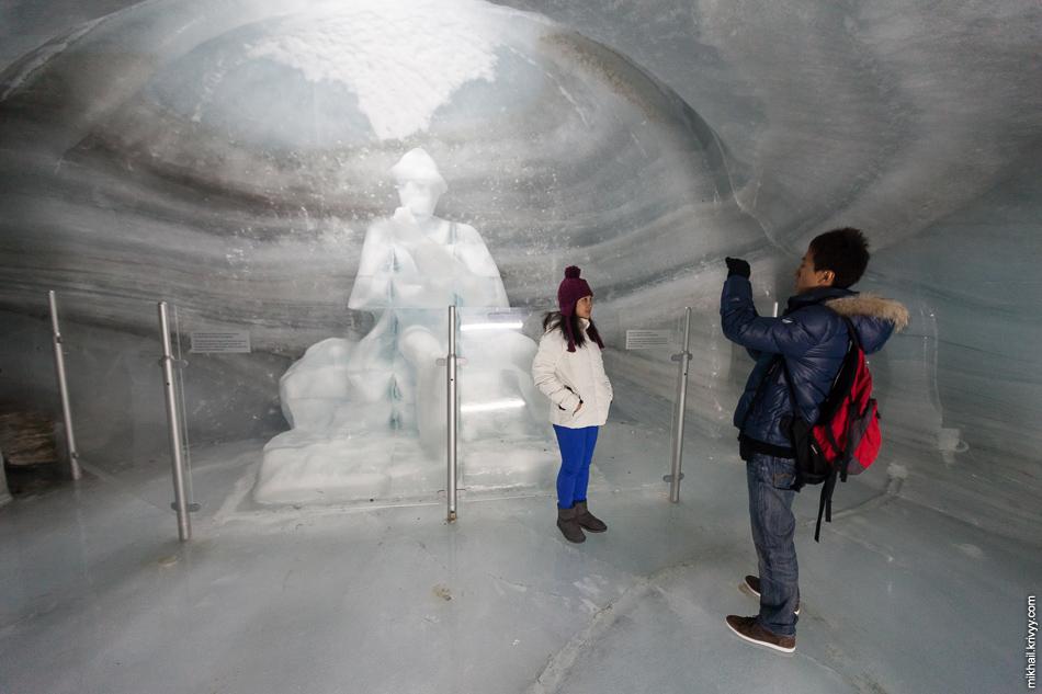 Внутри ледника. Многие туристы впервые в жизни видят снег. Очень много японцев, китайцев, корейцев, арабов и турков.