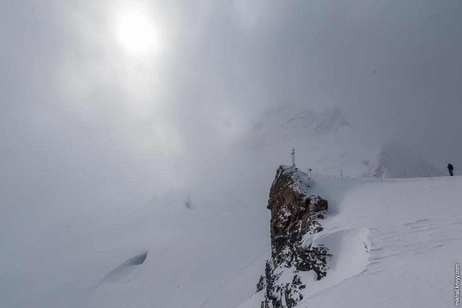 А потом опять все затянуло. Смотровое плато на перевале Юнгфрауйох. Вид в сторону горы Юнгфрау.