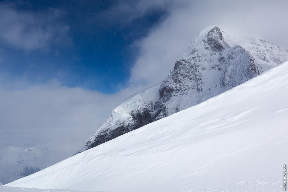 В один момент в облаках появилась дырка и стало видно гору Мёнх (Mönch, 4107 метров).