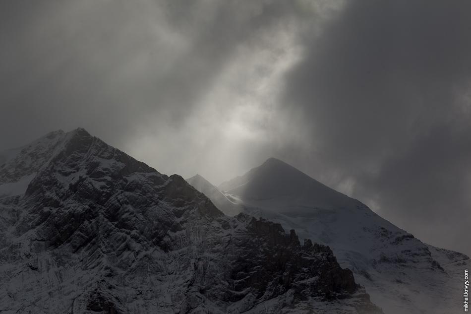Гора Schwarzmönch (2649 метров). Вид со станции Айгерглетчер (Eigergletscher).