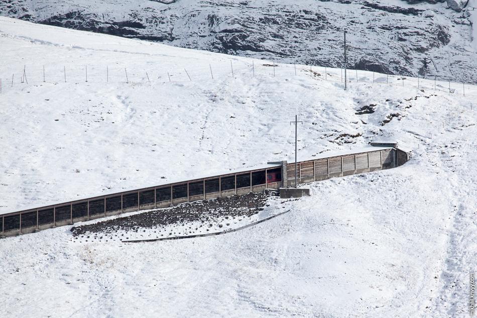 """Железная дорога Юнгфрау (Jungfraubahn). Противолавинная галерея (чуть-чуть виден """"хвост"""" поезда)."""