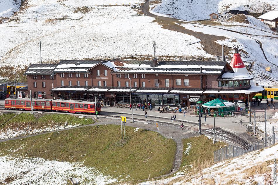 Станция Клайне-Шайдег (Kleine Scheidegg) и поезд железной дороги Юнгфрау (Jungfraubahn) следующий до станции Юнгфрауйох (Jungfraujoch).