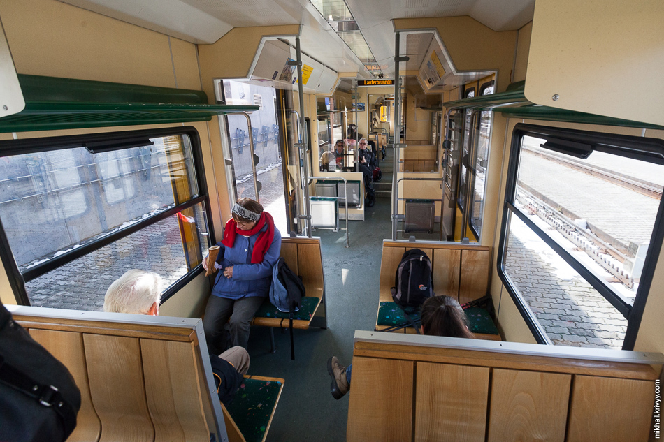 "В вагоне поезда Клайне-Шайдег (Kleine Scheidegg) - Лаутербруннен (Lauterbrunnen). Железная дорога ""Венгернальп"" (Wengernalpbahn)."