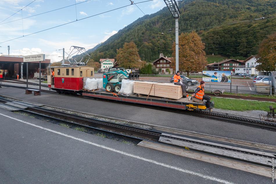 Примерно так выглядят грузовые платформы. Их цепляют спереди к пассажирским поездам. Станция Вильдерсвиль (Wilderswil).