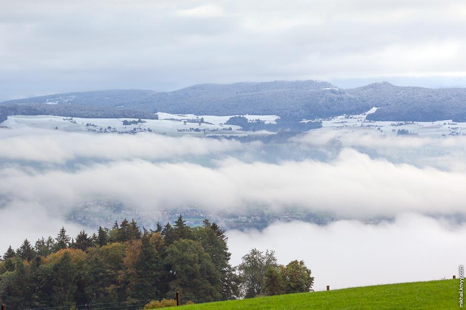 На холмах снег. Над Берном облака. Вид с горы Гуртен (Gurten).
